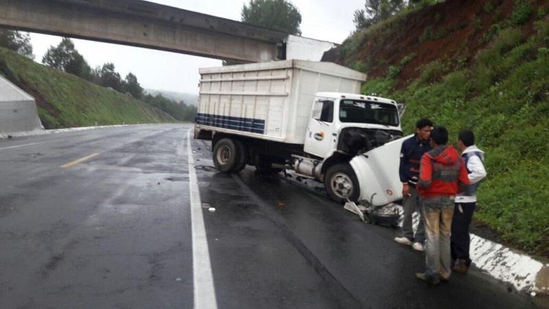 El conductor informó que un tráiler lo golpeó en un costado para sacarlo de la carretera y chocar, donde por fortuna los ocupantes del mismo no presentaban lesiones únicamente daños materiales en la unidad