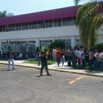 Los manifestantes desalojaron a los trabajadores de ambos lugares y se apoderaron de las instalaciones