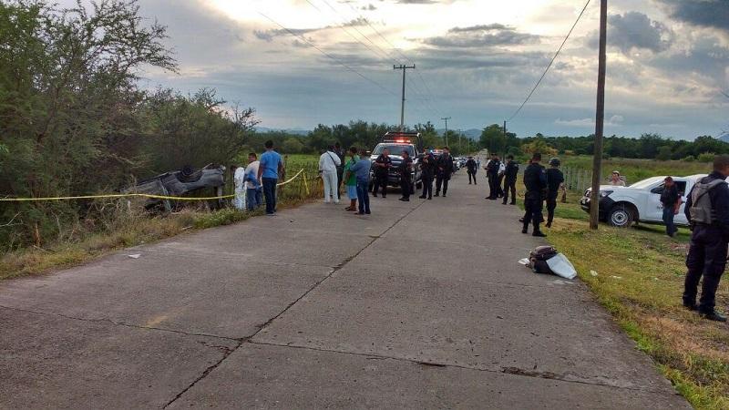 Personas que se percataron del accidente solicitaron apoyo trasladándose unidades de policía, así como paramédicos de Protección Civil, los cuales confirmaron que las personas ya se encontraban sin vida y calcinados en el interior de la camioneta