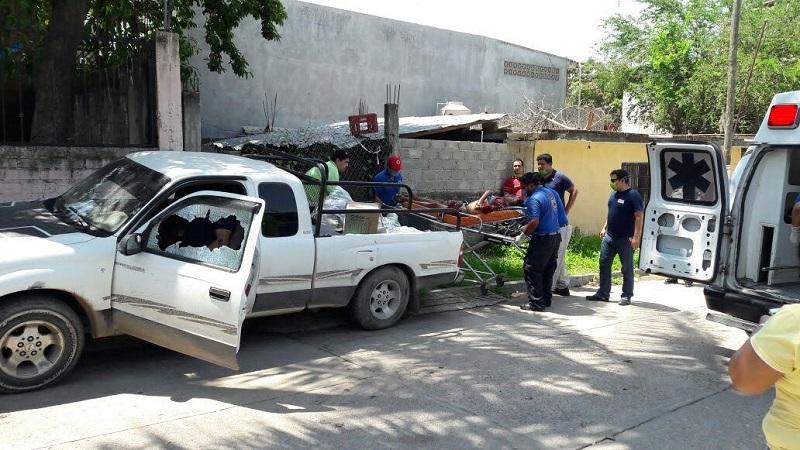 Personal paramédico de Protección Civil arribó minutos después atendiendo al lesionado, el cual fue trasladado aún nosocomio de la ciudad para su atención médica