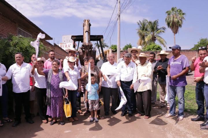 Durante el arranque de las obras y ante los funcionarios del municipio, Gilberto Zarco, subrayó que estas acciones refrendan el compromiso de esta administración municipal de continuar las obras que contribuyan a abastecer del vital líquido a las y los huetamenses