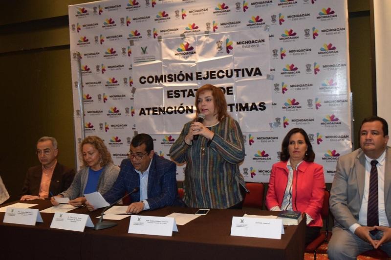 Selene Vázquez, comisionada presidenta de la CEEAV, explicó que cuando las víctimas acaban de sufrir un delito se encuentran en una situación en la que les es difícil discernir, por lo que la tarea del personal de atención a víctimas es orientarlas y proporcionarles ayuda