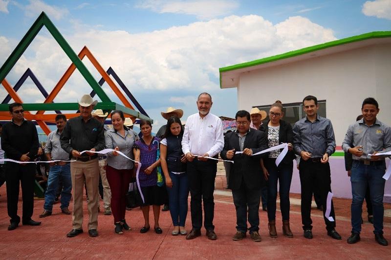 Las acciones de infraestructura inauguradas por Domínguez López, en representación del mandatario estatal, fueron ejecutadas por el Ayuntamiento con una inversión de tres millones 196 mil pesos, provenientes del Fondo Estatal para la Infraestructura de los Servicios Públicos Municipales