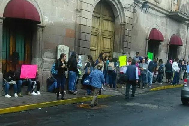 Al mismo tiempo, otro grupo de normalistas se manifestaba frente a la Secretaría de Finanzas y Administración