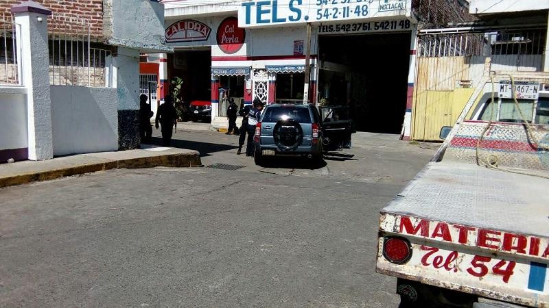 Los ocupantes  de la camioneta Suzuki llegaron a la calle de Niños Héroes de la colonia Centro, a escasas cuadras de la base de la Policía Michoacán, de donde descendieron y trataron de ocultarse en un establecimiento de venta de materiales para la construcción