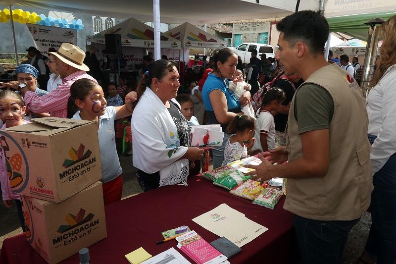 Tinoco Soto recordó que en estas caravanas se brindan servicios como registro civil, atención médica y odontológica, dotación de medicamentos de primera mano, apoyos alimenticios, entre otros