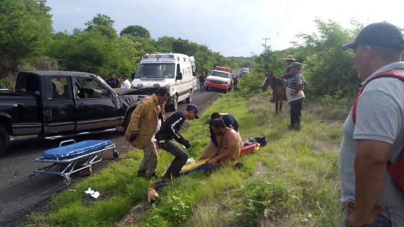 Inmediatamente conductores que se percataron del accidente solicitaron apoyo a la base de la Policía Michoacán Unidad Huetamo, trasladándose al lugar con una ambulancia de Protección Civil Municipal, los cuales localizaron al conductor tirado en la cinta asfáltica