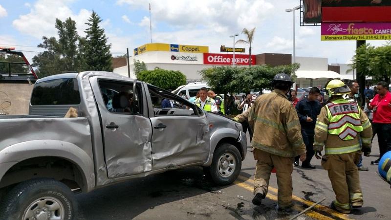 Al lugar arribaron unidades de la Policía Michoacán, personal de Bomberos de Protección Civil del Estado y unidades médicas, las cuales valoraron a dos elementos ministeriales y una pasajera de la combi, siendo trasladados a un hospital para valoración médica
