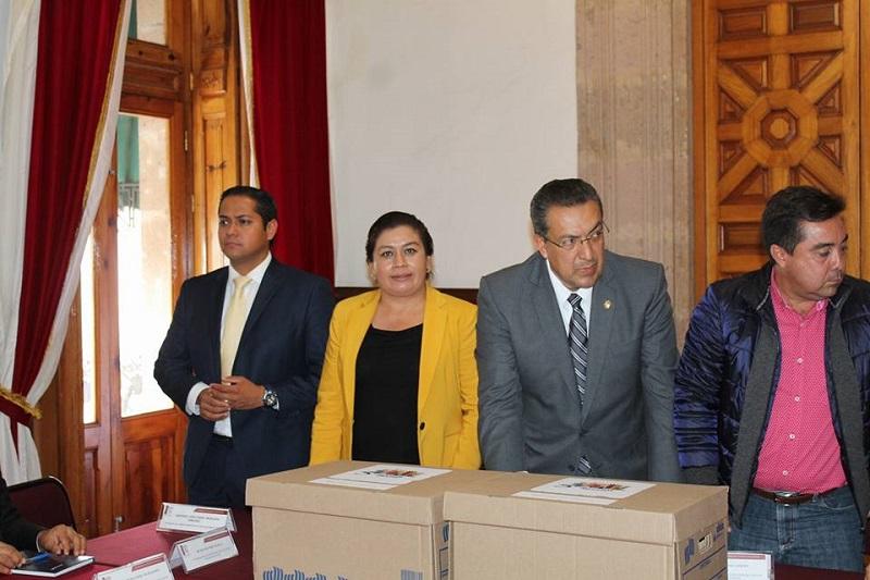 La diputada presidenta del Jurado Calificador, Belinda Iturbide les reiteró a los participantes de que se hará un trabajo muy minucioso para determinar y elegir las mejores propuestas, además de felicitar a todos los participantes en este concurso