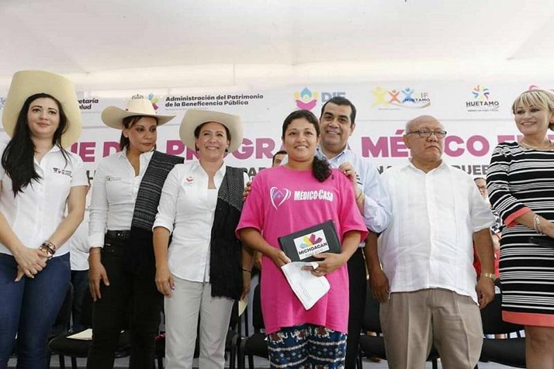 El titular de la SSM, Elías Ibarra, entregó auxiliares auditivos, bastones, sillas de ruedas, despensas, pruebas de mastografías y el equipamiento de la Casa de Salud de la comunidad modelo del Chihuero