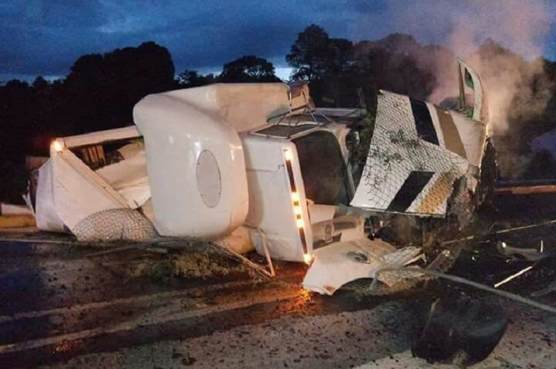 Los hechos se registraron aproximadamente a las 07:00 horas, por donde circulaba un tracto camión Kenworth, de color blanco, con placas de circulación 31-AE-4K del servicio público federal