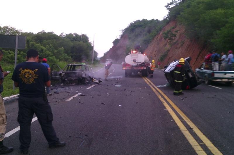 Elementos de la Policía Federal fueron los encargados de realizar el peritaje del accidente y retirar las unidades siniestradas