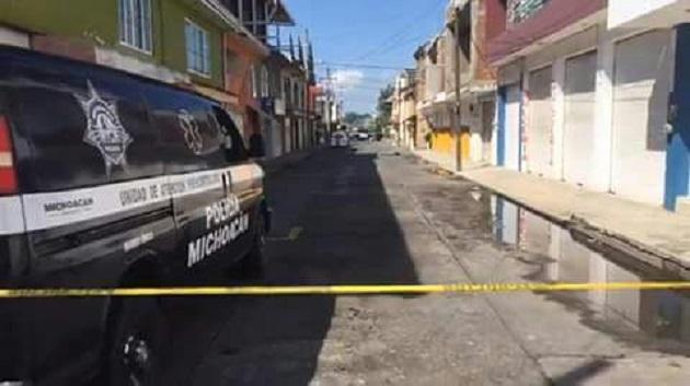 Al sitio acudieron paramédicos de la Policía Michoacán, quienes señalaron que el joven ya no tenía signos vitales y acordonaron la zona