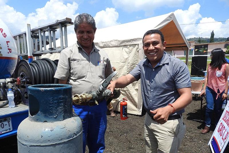 Hernández Eguiza, refirió que está a sabiendas de que a Acuitzio le hacen falta muchos servicios que en ocasiones se tiene que recurrir a Morelia para obtenerlos, por lo que comenzar con el servicio de gas es un buen paso para el desarrollo del municipio
