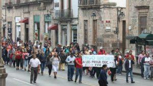 Como se recordará, ayer por la tarde los manifestantes no pudieron concluir su marcha, que tenía por destino Palacio de Gobierno, ya que una breve pero intensa lluvia, disgregó a los manifestantes (FOTO: MARIO REBOLLAR)