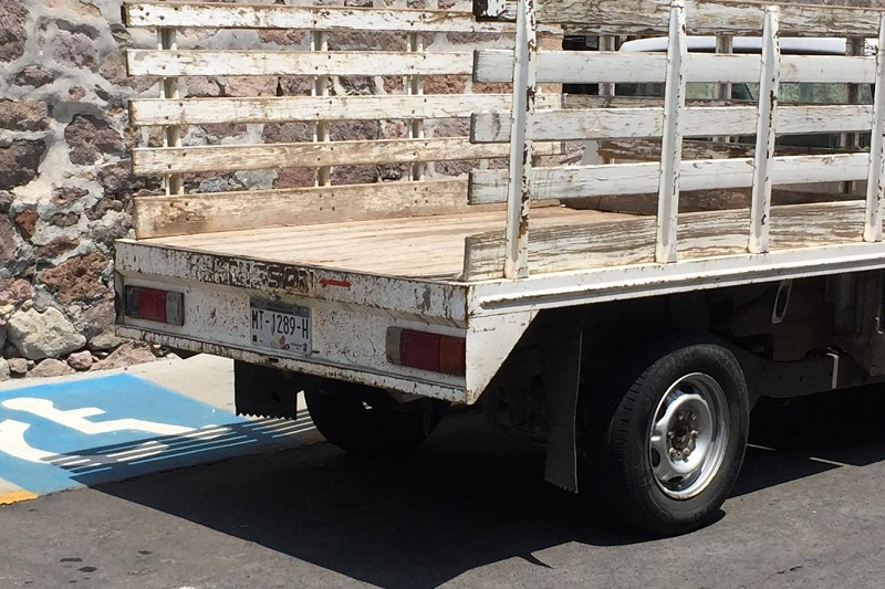 La unidad con la cual se cometió la infracción es una camioneta Estaquitas Nissan, con placas de circulación MT-1289-H del estado de Michoacán