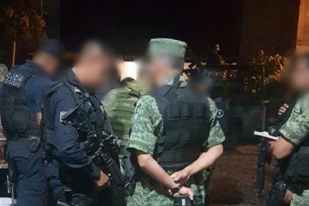 El vehículo marca Toyota, cuenta con reporte de robo, por lo que junto al detenido, armas, cartuchos, cargadores, granada y droga fueron puestos a disposición de las autoridades correspondientes