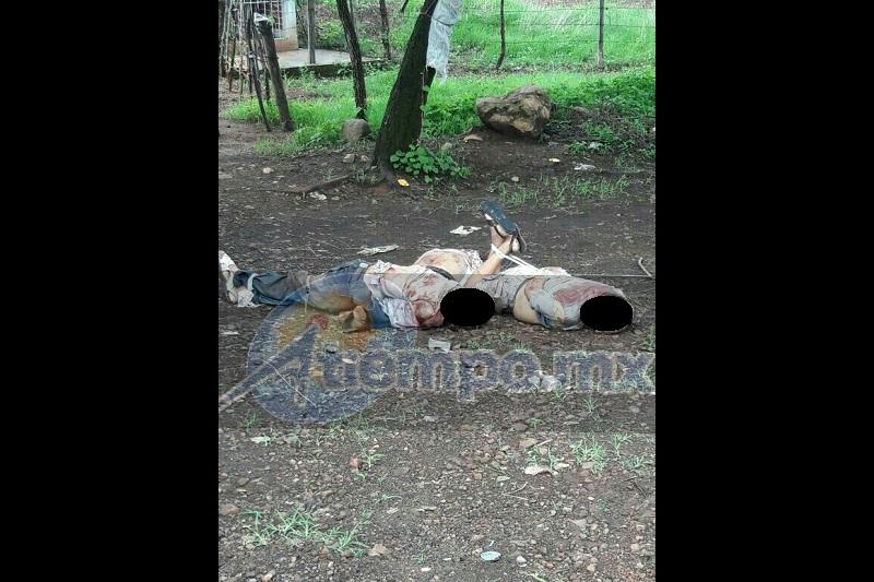 El área fue resguardada por autoridades estatales mientras personal de la Unidad Especializada en la Escena del Crimen (UEEC), realizaban el levantamiento de los cuerpos para trasladarlos al Semefo