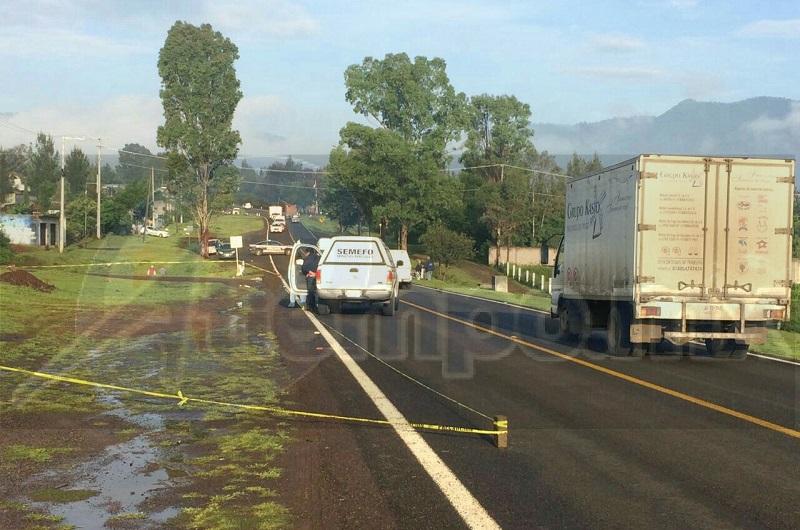 Conductores que se percataron del accidente solicitaron el apoyo a la línea de emergencias, trasladándose unidades de la Policía Michoacán y Bomberos Municipales