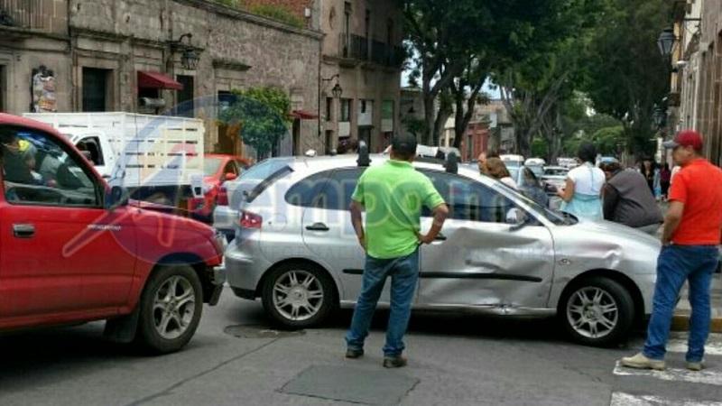 Al lugar arribaron unidades de la Policía Michoacán y ambulancias para atender a las lesionadas (FOTO: MARIO REBOLLAR)