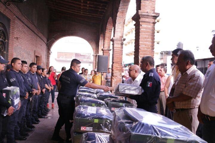 Gilberto Zarco exhortó a los elementos de seguridad a continuar ofreciendo servicios con profesionalismo y lealtad a los ciudadanos y les refrendó el compromiso del Ayuntamiento de Huetamo para caminar juntos y trabajar coordinados
