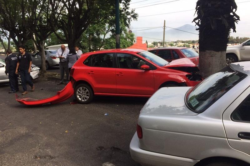 Minutos después arribaron unidades de la Policía Michoacán, los cuales valoraron a las tres mujeres que viajaban en los dos autos involucrados, las cuales no requirieron traslado a algún hospital