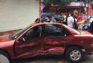 Al lugar arribaron unidades de la Policía Michoacán, así como de la Cruz Roja, brindándoles los paramédicos las primeras atenciones a dos personas del vehículo Versa y al conductor del Cavalier