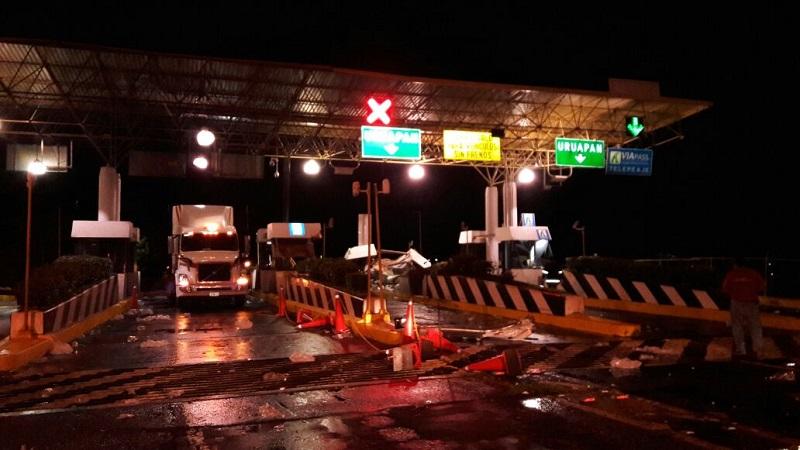 El hecho se suscitó aproximadamente a las 03:10 de la madrugada cuando un tracto camión cargado con refrescos aparentemente se quedó sin frenos sobre la Autopista Siglo XXI