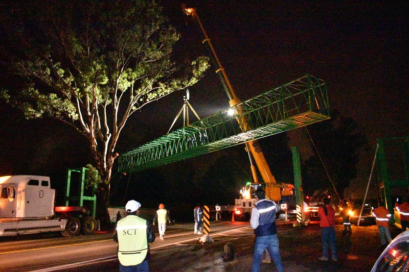 Fue a finales del mes de mayo cuando la SCT, por medio de la empresa Ilic, comenzó con el acondicionamiento del terreno y posteriormente inició la construcción del puente peatonal que costará 4.5 mdp