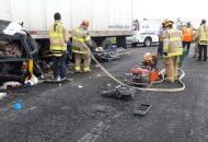 Las personas fallecidas fueron identificadas como Marco Q., de 13 años y Arturo Q., de 50 años de edad conductor de la camioneta, los cuales quedaron prensados en el interior de unidad