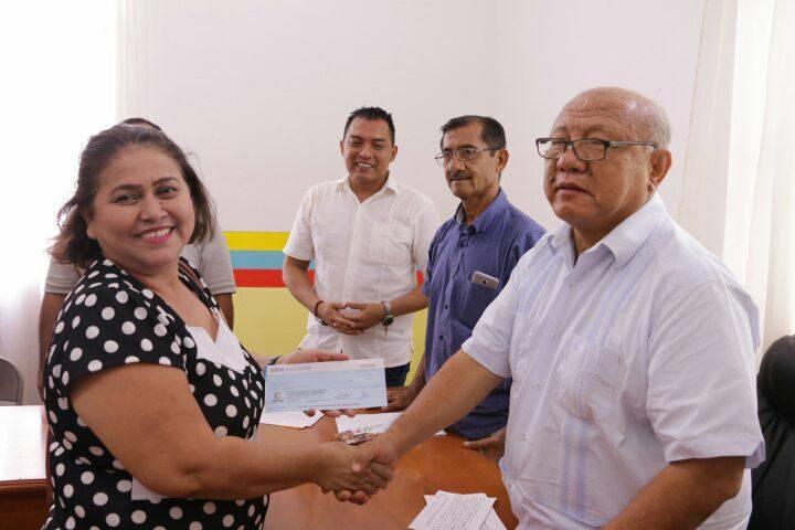 Durante la entrega de apoyos en el Cabildo de Huetamo y ante autoridades locales, el presidente municipal detalló que estos recursos son entregados a ciudadanos emprendedores