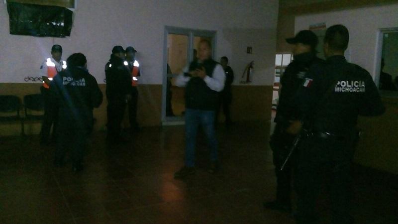 En el lugar se generó una riña y una manifestación en la cual unas 100 personas exigieron la salida del alcalde