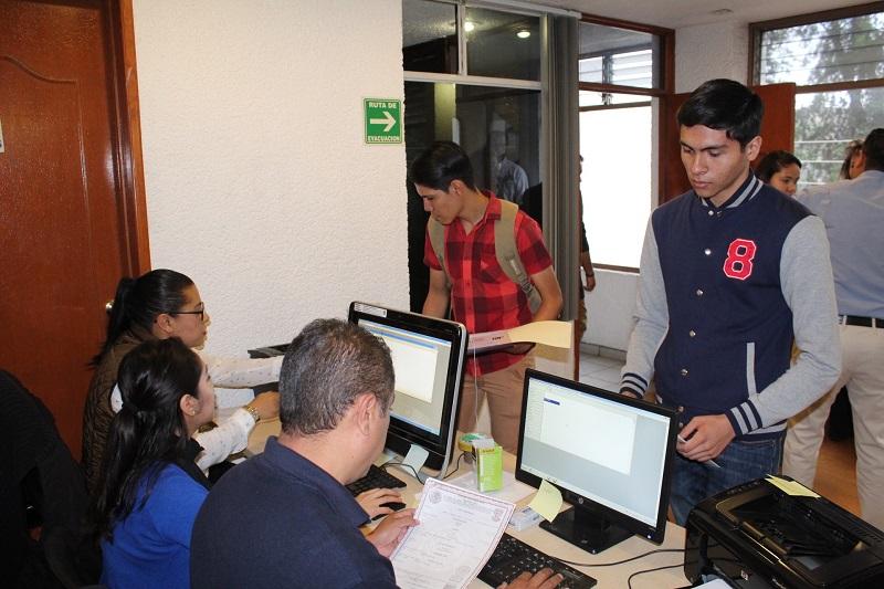El rector de la Máxima Casa de Estudios en Michoacán, Medardo Serna, realizó una visita de inspección al módulo para constatar que el servicio se puso en marcha en tiempo y forma