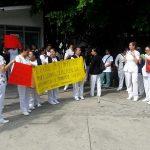 La manifestación se desarrolla de manera pacífica, sólo mostrando algunas pancartas, y no se han interrumpido las labores en el nosocomio