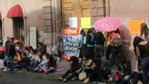 Los egresados de la generación 2016-2017 exigen plazas automáticas, sin realizar examen y de por vida