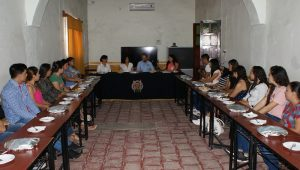 En su visita a la Unidad Profesional del Balsas, el rector Medardo Serna escucha quejas de alumnos por el incumplimiento de maestros