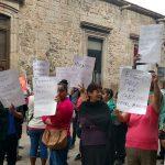 Cabe hacer mención de que las manifestantes no interrumpieron el tránsito vehicular, pues se colocaron en la calle Benito Juárez, recientemente peatonalizada (FOTO: FRANCISCO ALBERTO SOTOMAYOR)