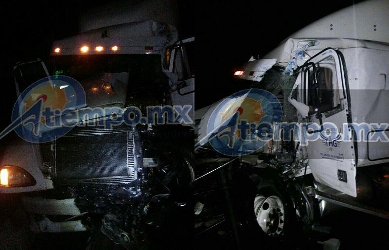 Este siniestro provocó el cierre parcial de la autopista por más de tres horas, mientras elementos federales realizaban el peritaje del accidente y retiraban las tres unidades