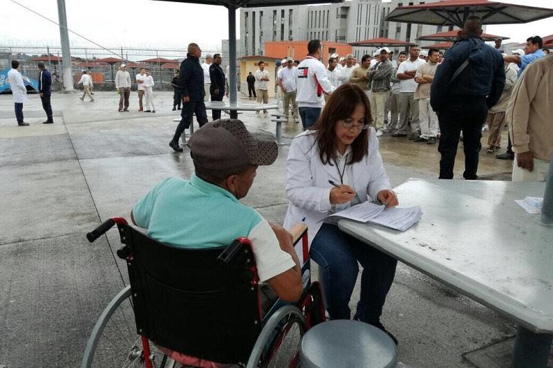 Alrededor de 40 médicos y enfermeras brindaron atención a los más de mil internos entre mujeres y hombres