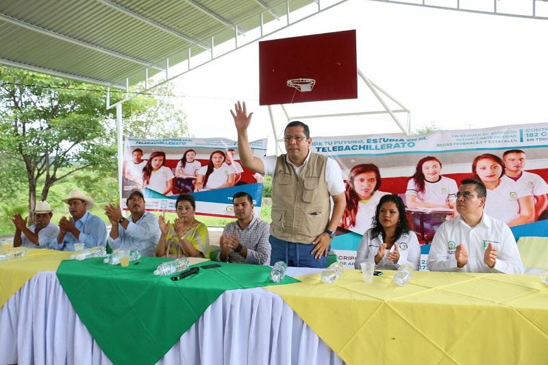 El director general del Telebachillerato Michoacán, Juan Carlos Barragán, destacó la importancia de que más jóvenes se formen académicamente, especialmente aquellos que radican en las comunidades más alejadas de las cabeceras municipales