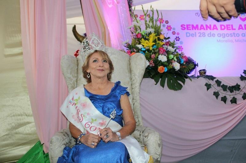 La Plaza Valladolid fue la sede de este certamen de belleza para mujeres de la tercera edad, en el que participaron 24 concursantes de diferentes municipios del estado de Michoacán, quiénes realizaron varias pasarelas en vestido de gala y traje regional