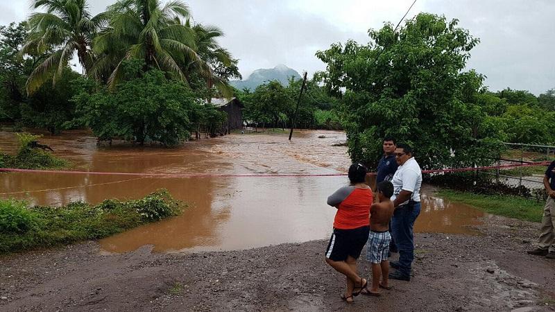 En el municipio de San Lucas se reportó durante la madrugada de este domingo cinco personas se encontraban atrapadas en la comunidad de Santa Cruz de Villa Gómez, esto debido al desbordamiento de un arroyo que inundó diversas plantaciones
