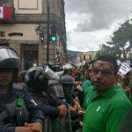Los manifestantes bloquean la Avenida Madero, frente a Palacio Legislativo y Palacio de Gobierno; intentaron ingresar a la sede del Congreso del Estado para sabotear el Segundo Informe de Actividades de Sigala Páez, pero policías antimotines lo impidieron