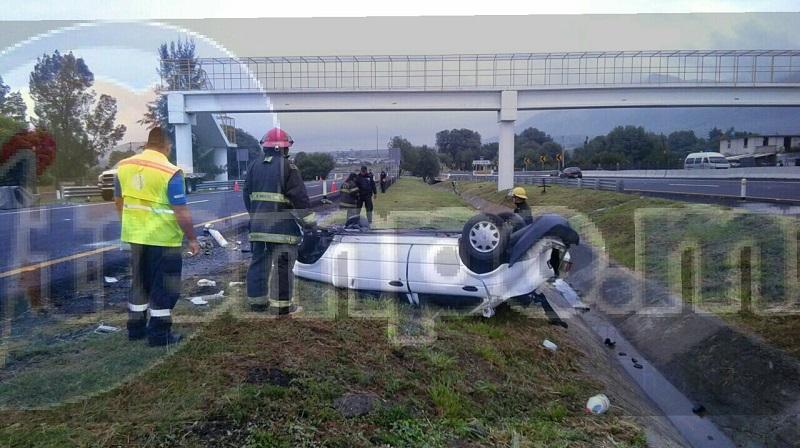 Conductores que se percataron del accidente apoyaron a la persona para salir del vehículo y en cuestión de minutos arribaron unidades de la Cruz Roja, Bomberos, Policía Michoacán y Policía Federal