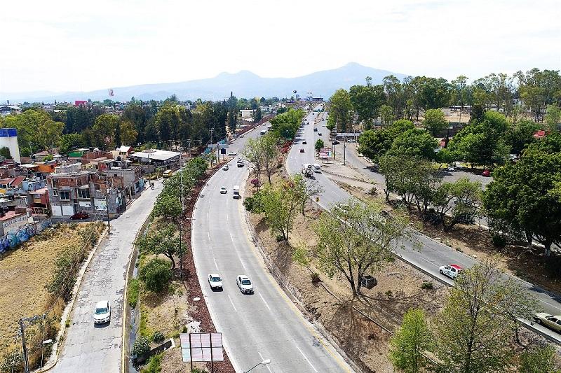 La SCOP concluyó la intervención de 200 metros lineales de la gaza que comunica a la salida a Pátzcuaro con el Libramiento, desde el fraccionamiento Xangari, donde sustituyó la carpeta asfáltica en un espesor de siete centímetros y una longitud de 200 metros lineales