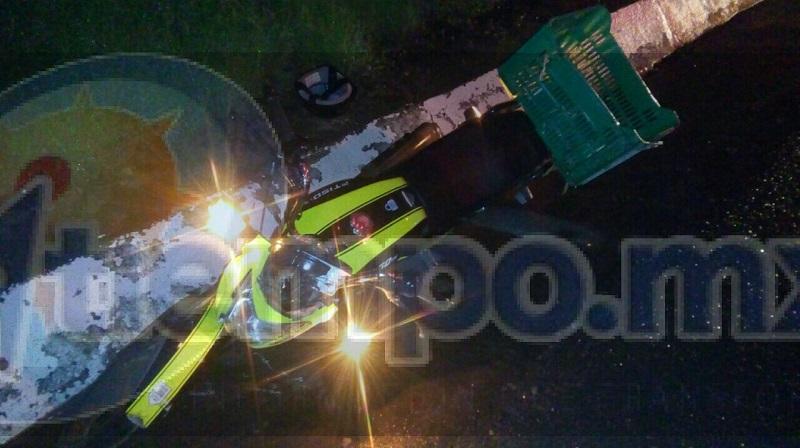 Al arribar localizan una motocicleta Italika 150, de color negro con amarillo, la cual estaba tirada en la cinta asfáltica y a un costado al conductor lesionado, brindándole paramédicos las primeras atenciones siendo identificado como Miguel Ángel M., de 33 años de edad
