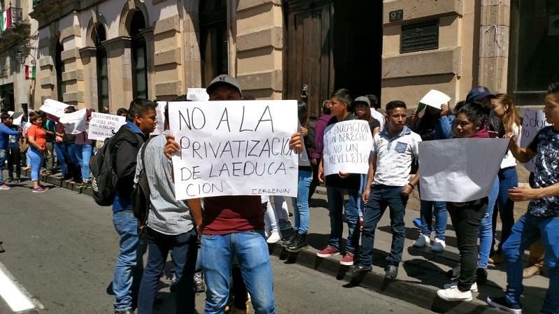 De acuerdo con los manifestantes, la mayoría de ellos desean ingresar a las áreas de la salud, pero no alcanzaron cupo, además de que muchos no hicieron sus trámites de inscripción por lo elevado de los cobros