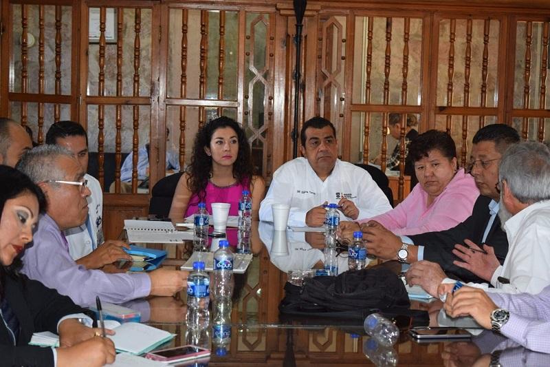 Fueron recibidos por Elías Ibarra Torres, Elena Vega Uribe, las y los directores de los principales hospitales públicos de la capital michoacana, y representantes del Seguro Popular