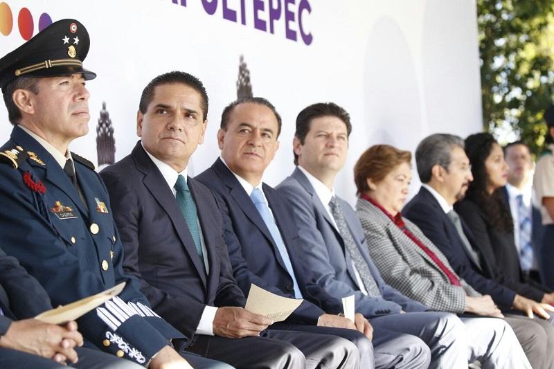 El gobernador de Michoacán, acompañado de autoridades de los tres Poderes del Estado, depositó una ofrenda floral y rindió guardia de honor al monumento en el que se encuentra inscrito los nombres de los protagonistas de la Gesta Heroica en el Castillo de Chapultepec