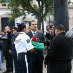 Los asistentes saludaron al máximo Símbolo Patrio en su ascenso al asta, al tiempo que entonaron el Himno Nacional en conmemoración al inicio de la lucha de Independencia hace 207 años